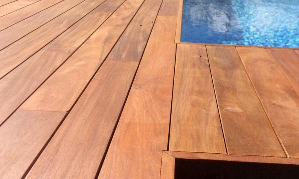 Piscina con tarima de madera tropical